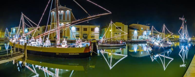Decorações, luzes e Marine Crib do Natal fotografia de stock