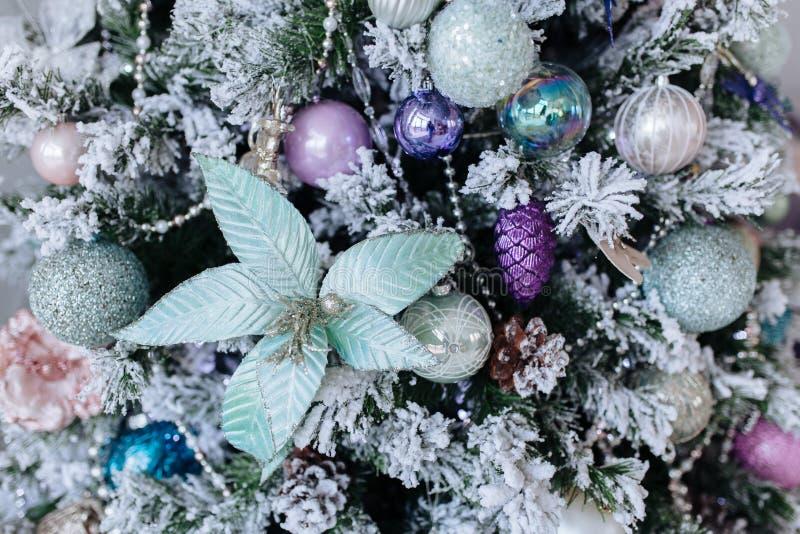 Decorações roxas e de prata na árvore de Natal, festões do Natal das bolas dos flocos de neve, fundo da textura do close up fotografia de stock royalty free