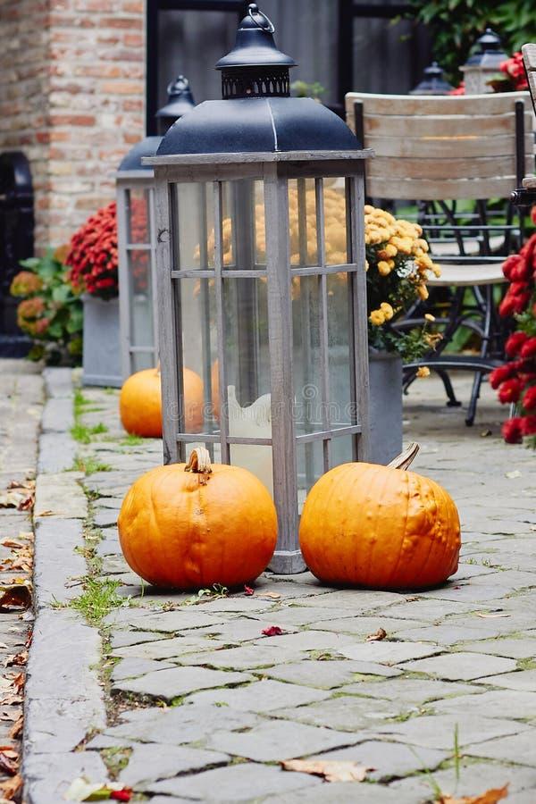 Decorações sazonais com abóboras, lanterna com vela e flores imagens de stock royalty free