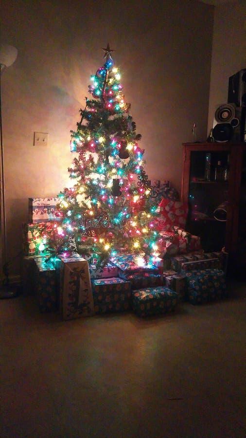 Decorações simples da árvore de Natal e presentes extra para um olhar de aquecimento em um feriado do Natal foto de stock royalty free