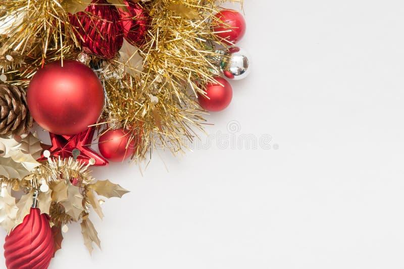 Decorações tradicionais da árvore dos chistmas em um backgr branco imagens de stock