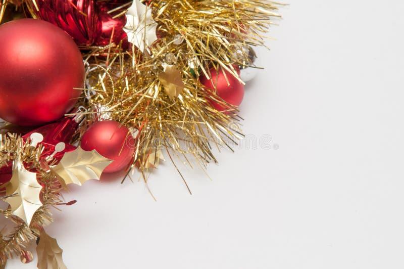 Decorações tradicionais da árvore dos chistmas isoladas em um backgr branco imagem de stock royalty free