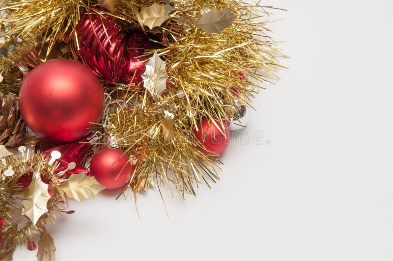 Decorações tradicionais da árvore dos chistmas isoladas em um backgr branco fotografia de stock