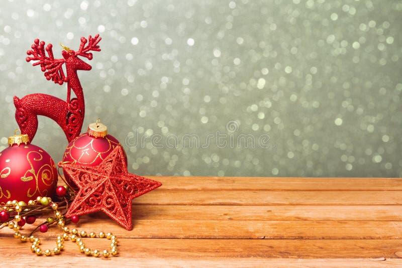 Decorações tradicionais do feriado do Natal na tabela de madeira com espaço da cópia fotos de stock