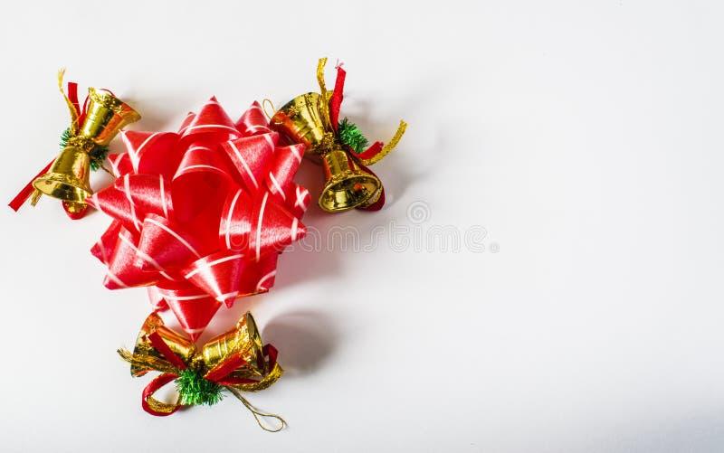 Decorações vermelhas do Natal em um fundo claro Cartão de Natal Tema do feriado de inverno imagem de stock