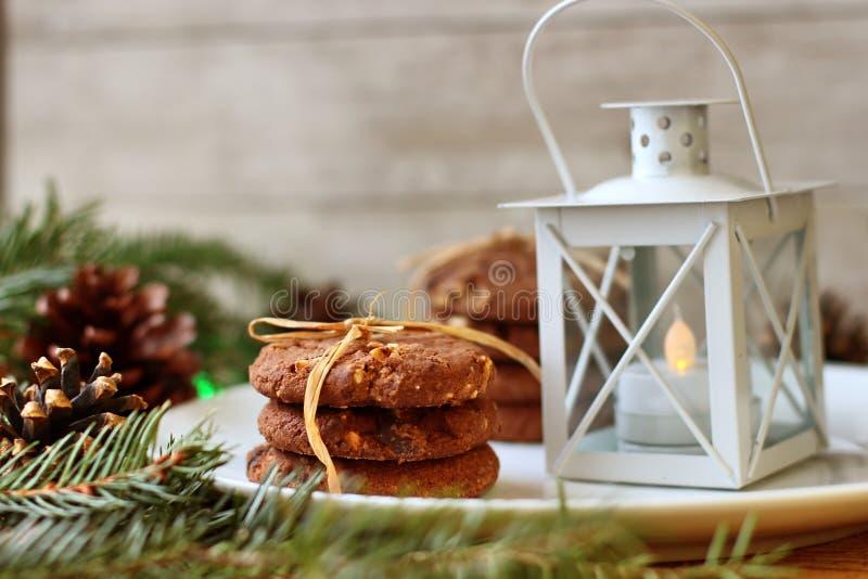 Decora??es do Natal - biscoitos da aveia para Santa Claus e ramos de ?rvores con?feras fotografia de stock