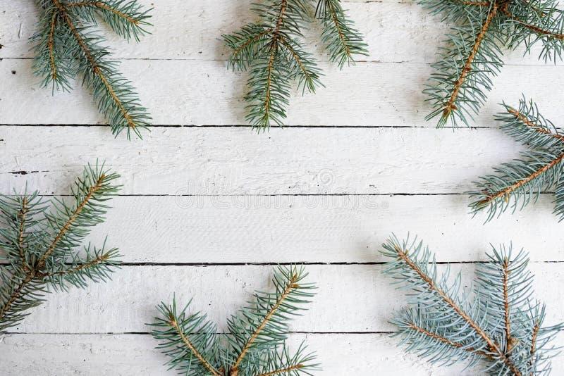 Decora??es do Natal no fundo de madeira branco Configura??o lisa com espa?o da c?pia Quadro do feriado do ano novo imagem de stock royalty free