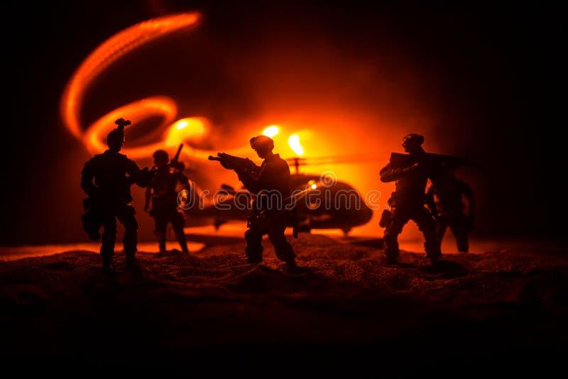 Decora??o da arte finala Soldados no deserto durante a opera??o militar com o helic?ptero de combate ou o assalto do helic?ptero  foto de stock