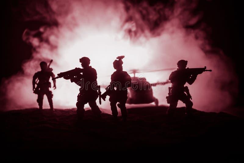 Decora??o da arte finala Soldados no deserto durante a opera??o militar com o helic?ptero de combate ou o assalto do helic?ptero  imagens de stock