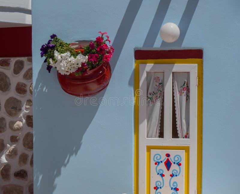 Decora??o grega tradicional da flor do estilo na rua imagem de stock royalty free