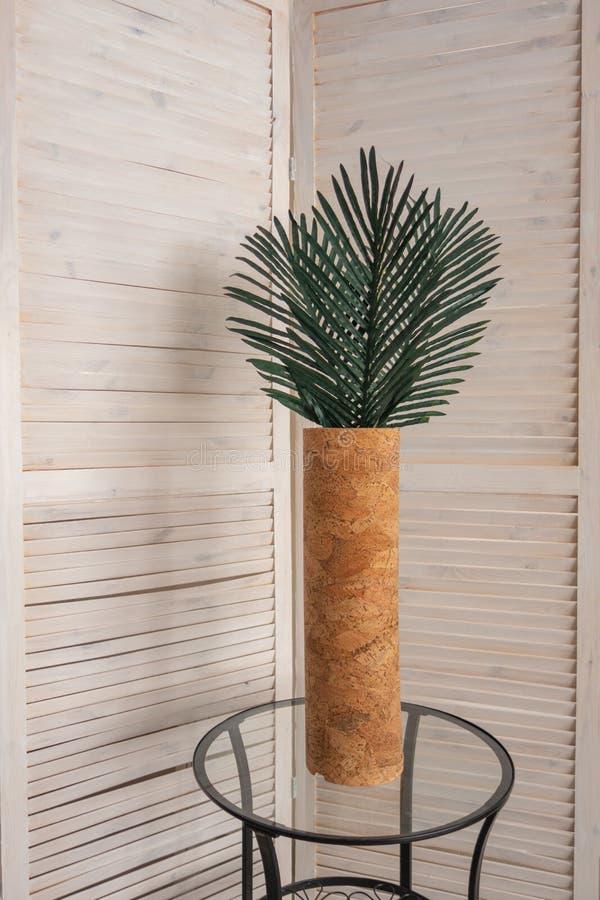 Decora??o ? moda do escrit?rio com folhas tropicais foto de stock royalty free
