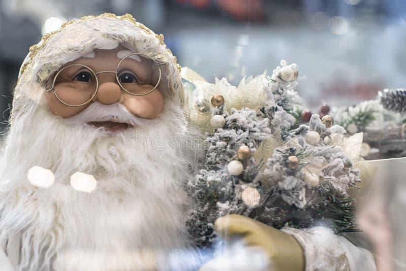 A decora??o na ?rvore de Natal em que os brinquedos de ano novo est?o pendurando Conceito do Xmas Natal ou ano novo imagem de stock royalty free