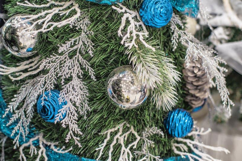 A decora??o na ?rvore de Natal em que os brinquedos de ano novo est?o pendurando Conceito do Xmas Natal ou ano novo fotos de stock royalty free