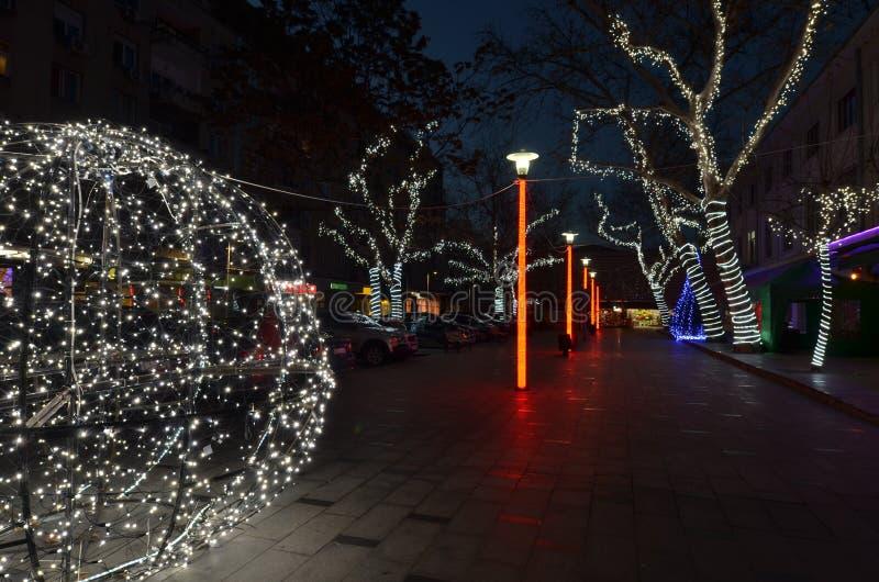 Decoración al aire libre de la Navidad con las luces llevadas fotografía de archivo
