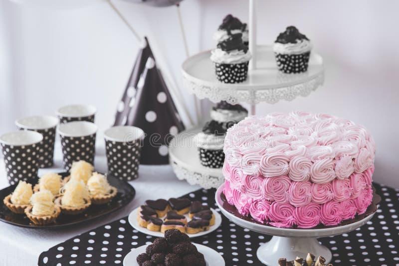 Decoración blanco y negro de la fiesta de cumpleaños fotografía de archivo libre de regalías