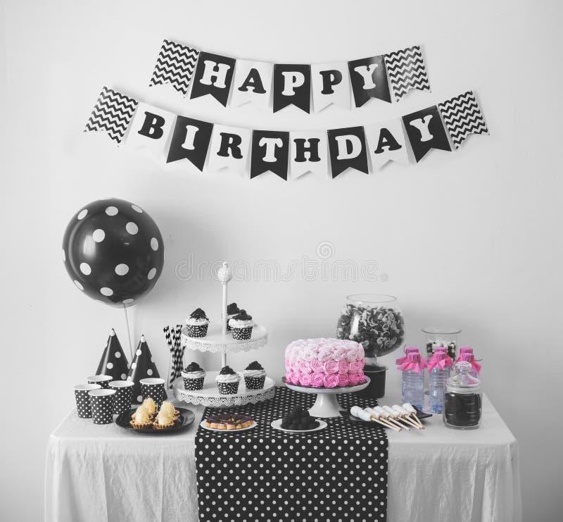Decoraci n blanco y negro de la fiesta de cumplea os imagen de archivo imagen de torta - Decoracion con caramelo ...