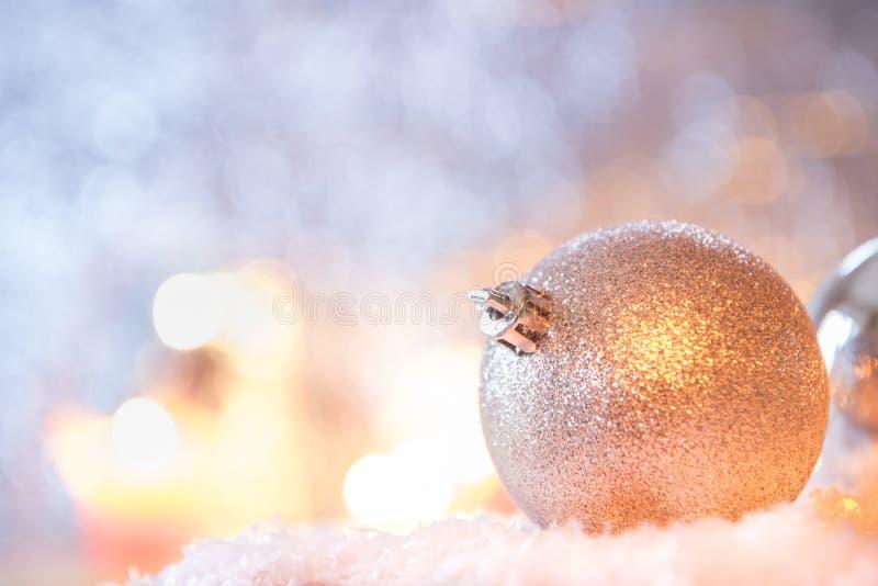 Decoración brillante de la Navidad de la bola delante del fondo azul foto de archivo libre de regalías