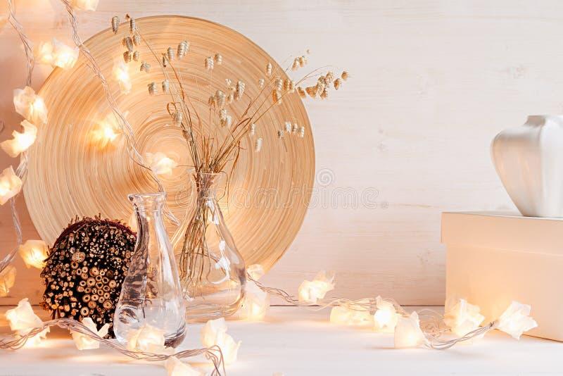 Decoración casera de la Navidad con las luces en el fondo de madera blanco fotos de archivo