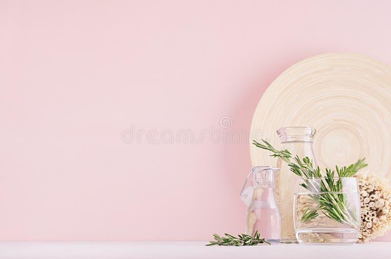 Decoración casera del eco de la elegancia - ramo aromático de romero fresco en el florero de cristal y la placa beige de madera,  fotos de archivo