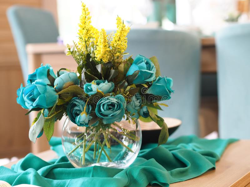 Decoración casera, flores azules en el florero en la tabla fotos de archivo