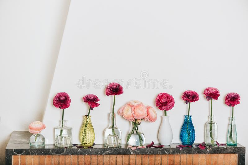 Decoración casera, muchos diversos floreros con las flores del ranúnculo imágenes de archivo libres de regalías