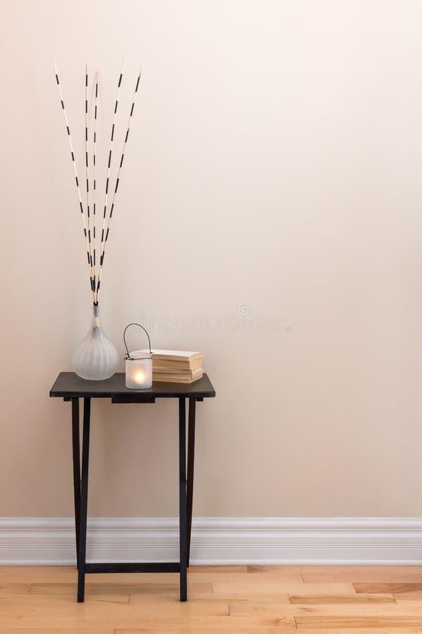 Decoración casera, poca tabla con las decoraciones imagen de archivo libre de regalías