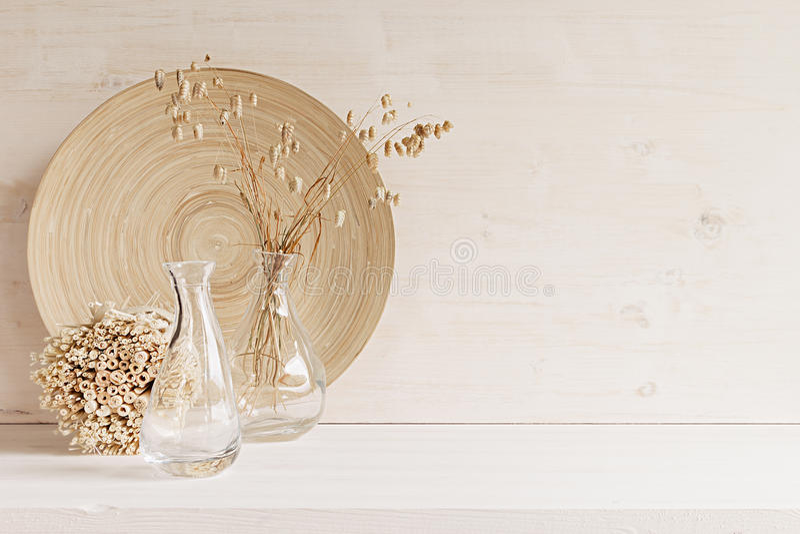 Decoración casera suave del florero de cristal con las espiguillas y la placa de madera en el fondo de madera blanco imágenes de archivo libres de regalías