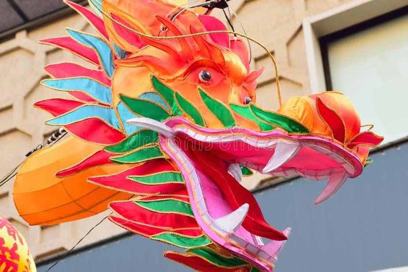 Decoración china colorida grande del dragón en la ciudad de China en Yokohama, Japón imagen de archivo libre de regalías