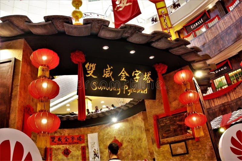 Decoración china del Año Nuevo en la pirámide de Sunway, Kuala Lumpur Malaysia imagenes de archivo