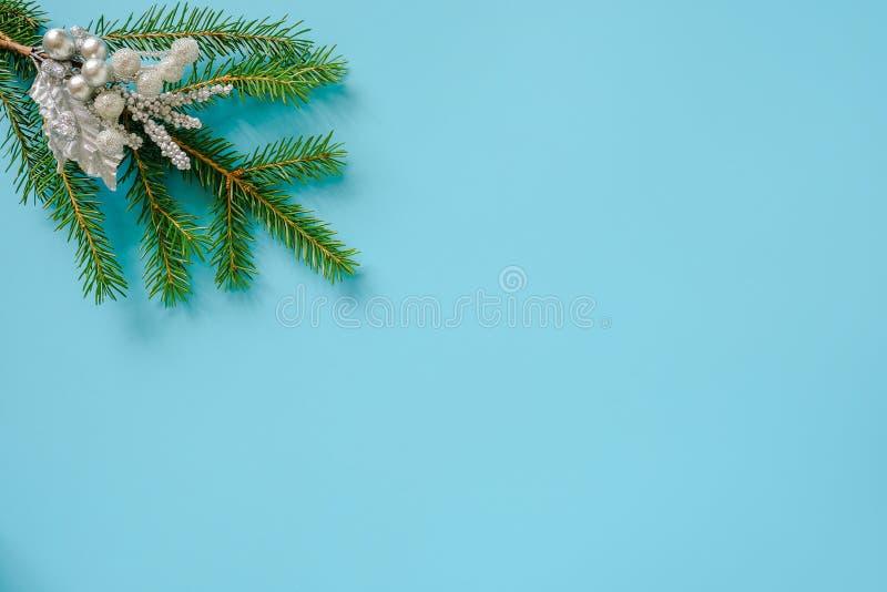 Decoración color plata de la Navidad en rama verde del abeto en fondo azul Feliz Navidad del concepto o Feliz Año Nuevo Copie el  foto de archivo libre de regalías