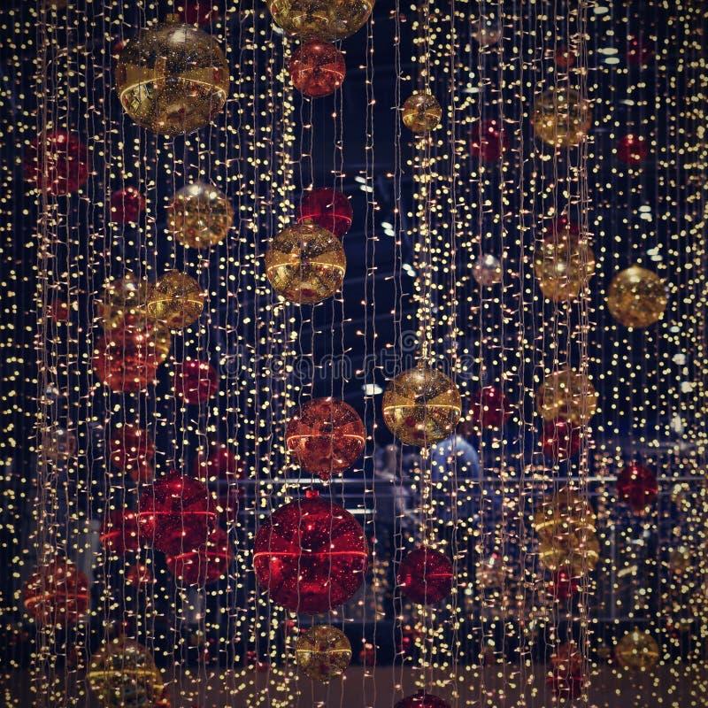 Decoración colorida de la Navidad Vacaciones de invierno y ornamentos tradicionales en un árbol de navidad Cadenas de iluminación imágenes de archivo libres de regalías