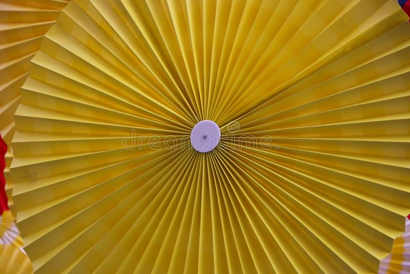 Decoración colorida del arte del fondo de la fan de papel en la estación de verano en los grandes almacenes de las ventas de Tail fotografía de archivo