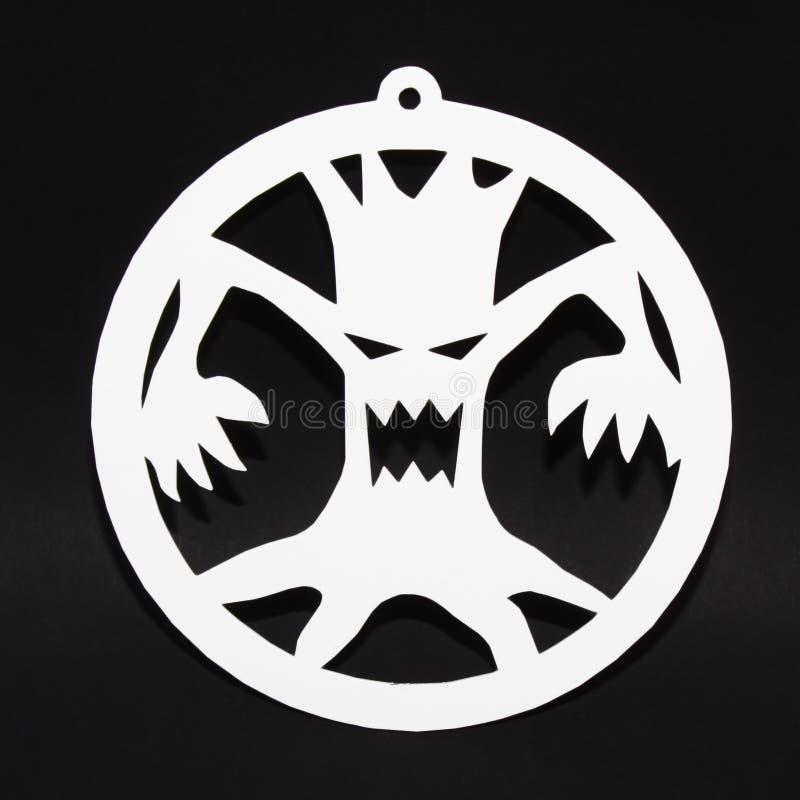 Decoración creativa para el partido de Halloween en la pared Árbol asustadizo en fondo negro imagenes de archivo