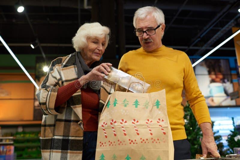 Decoración de compra de la Navidad de los pares mayores imagen de archivo