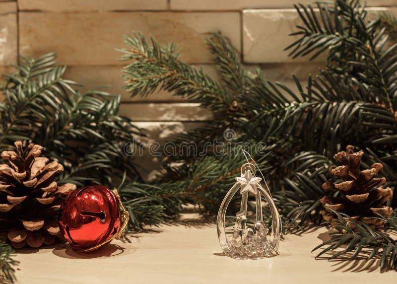 Decoración de cristal de la Navidad y una campana roja imagenes de archivo