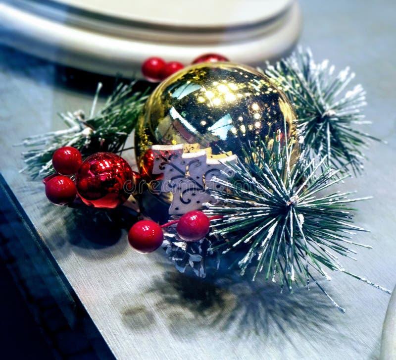 Decoración de fascinación del ornamento de la Navidad Foto ascendente cercana de la bola del oro adornada con las bolas y la rama imagenes de archivo