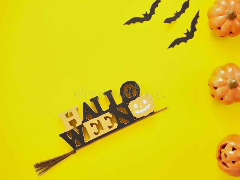 Decoración de Halloween en fondo amarillo fotografía de archivo