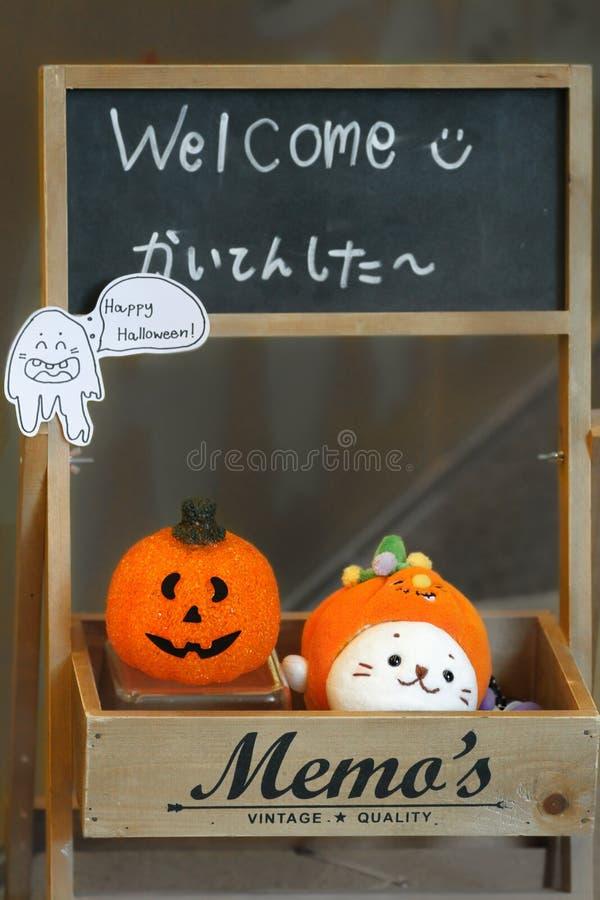Decoración de Halloween en la pizarra en el café de Sirotan imagenes de archivo