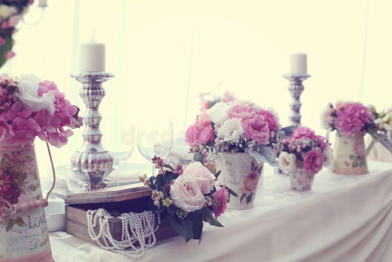 Decoración de la boda con las flores fotos de archivo