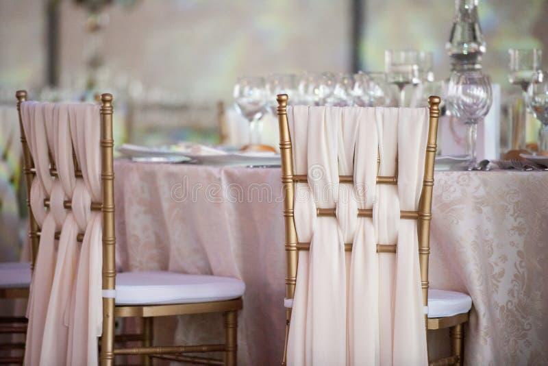 Decoración de la boda en el restaurante imagenes de archivo
