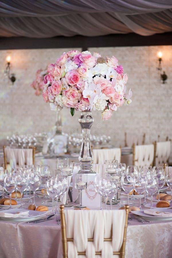 Decoración de la boda en el restaurante fotos de archivo