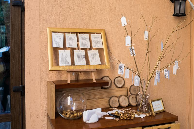 Decoración de la boda Nuez de oro en un florero redondo de cristal El árbol fotos de archivo
