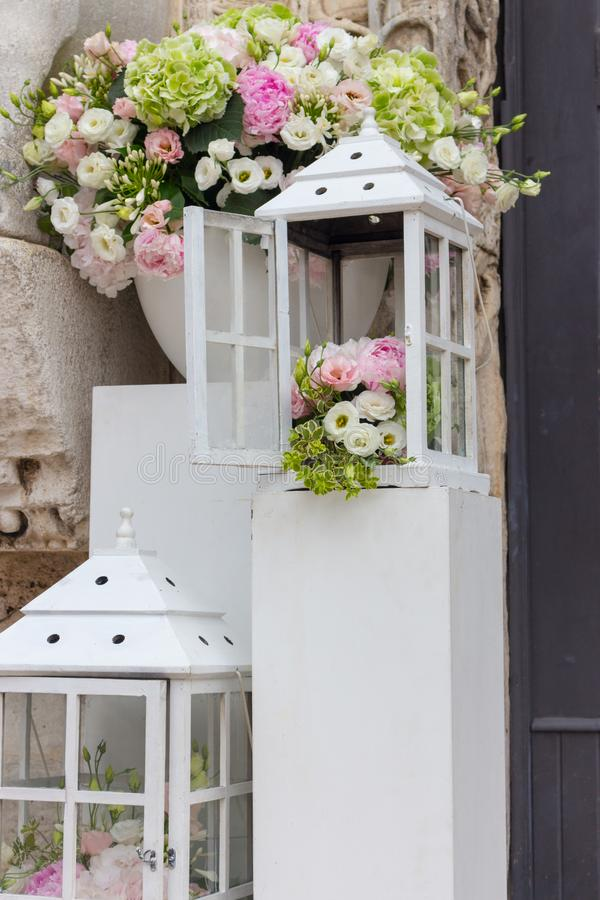 Decoración de la boda y de la boda Cajas blancas con las flores afuera Ramo elegante Fondo del arreglo y del romance fotos de archivo libres de regalías