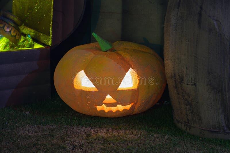 Decoración de la calabaza de Halloween en la noche Calabazas iluminadas imagen de archivo