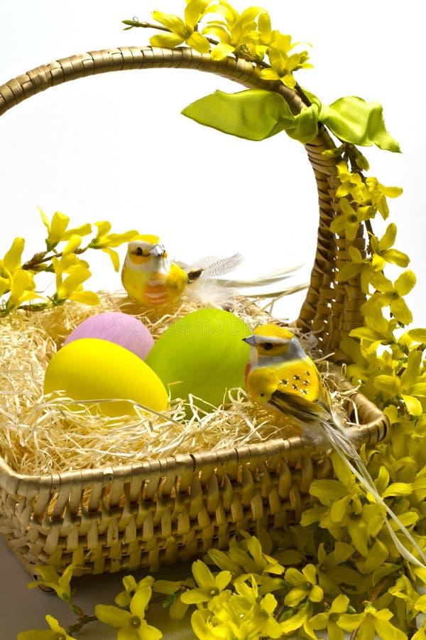 Decoración de la cesta de Pascua. fotos de archivo