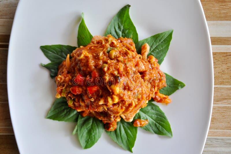 Decoración de la comida tailandesa, de la comida tailandesa de color salmón picante tailandesa de la ensalada, caliente y picante foto de archivo libre de regalías