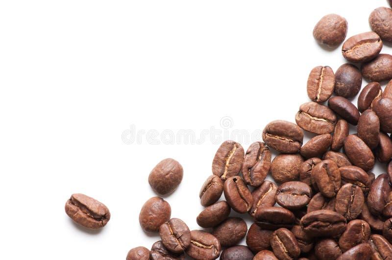 Decoración de la esquina de los granos de café en el fondo blanco imagenes de archivo