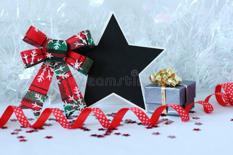 Decoración de la fiesta de Navidad con una pizarra del mensaje vacío fotos de archivo