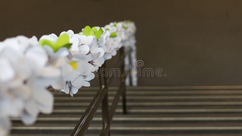 Decoración de la flor de papel en la barandilla de la escalera imágenes de archivo libres de regalías