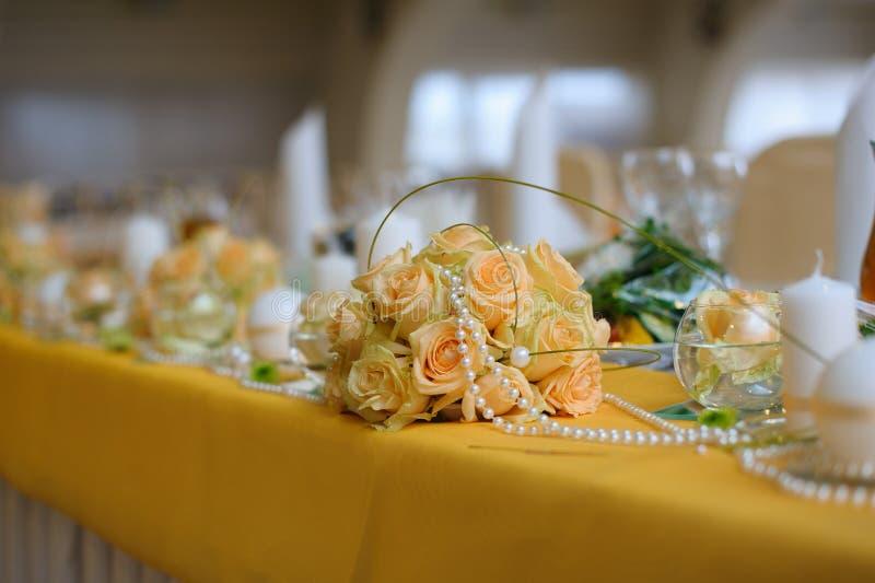 Decoración de la flor en la tabla imágenes de archivo libres de regalías